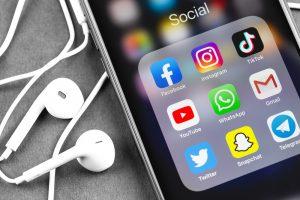 celular mostrando ícones de canais de atendimento online